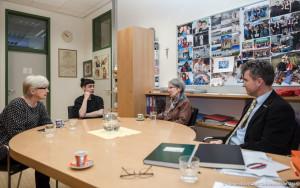 Barabara Frischmuth zu Besuch bei Manfred Kniepeiss in der Schuldirektion der Ortweinschule