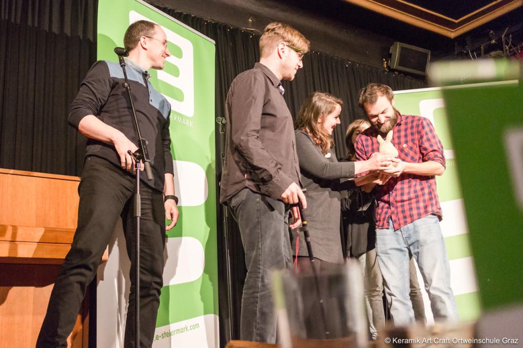 Josephine Brosinski übergibt ihren Kleinkunstvogel an Preisträger Manuel Thalhammer